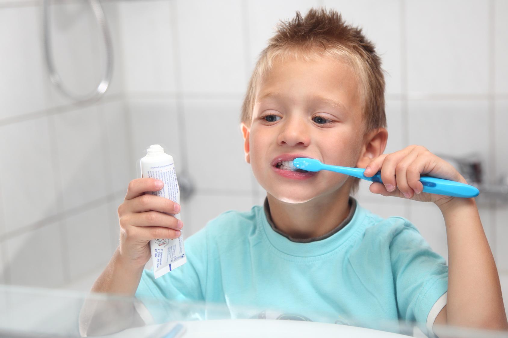 Чистить зубы пастой